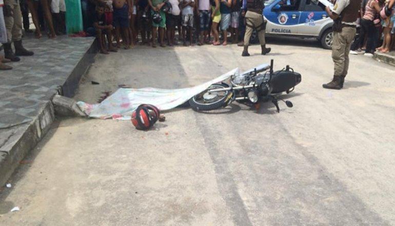 Motociclista é assassinado com moto em movimento em Teixeira de Freitas