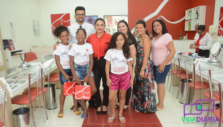 910080b6413f7 Diniz social  Foi feita a entrega dos óculos para as 10 crianças atendidas  pela Ong Paspas