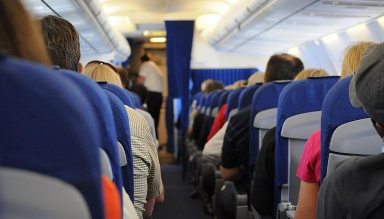 Azul cancela voos e Latam e Avianca isentam remarcação de cobrança de taxa