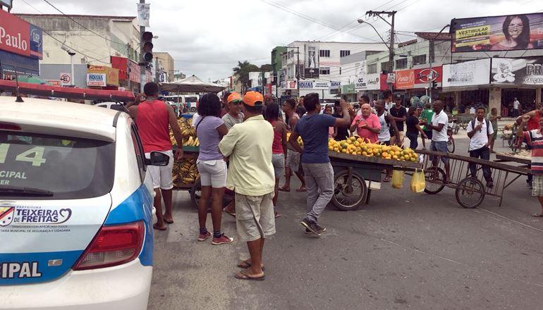 """""""Queremos ficar aqui!"""": Vendedores ambulantes protestam após receber ordem da prefeitura no Centro de Teixeira"""