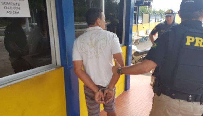 Indivíduo com mandado de prisão em aberto é preso em fiscalização de rotina da PRF na BR 101