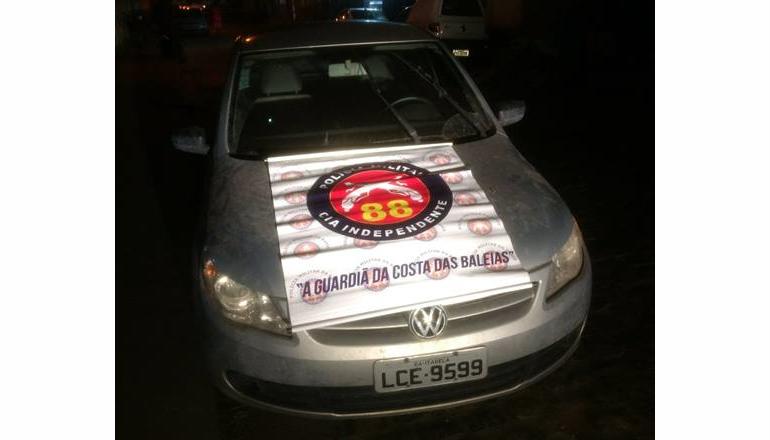 Veículo com placa adulterada e restrição de roubo, foi recuperado pela PM em área de eucalipto em Caravelas