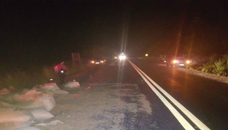 Trecho Itamaraju-Teixeira: Cinco pessoas ficam feridas após caminhão capotar e cair em ribanceira