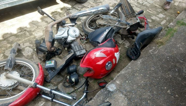 PETO prende foragido da polícia no bairro João Mendonça: foram encontrados uma moto desmontada e um jogo de placas de um Uno