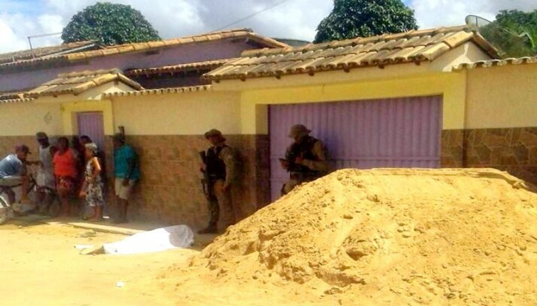 Homem é morto e criança de oito anos é baleada em quadra de escola em Porto Seguro