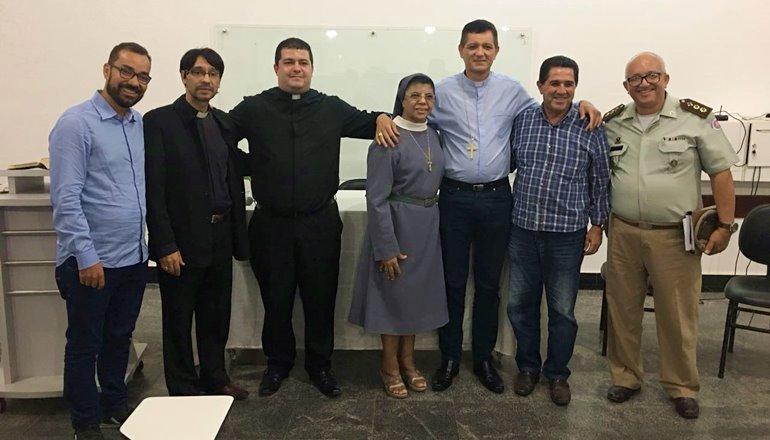 """Momento histórico: Bispo Dom Jailton reúne representantes da sociedade e juntos definem data da """"Caminhada da Paz"""""""