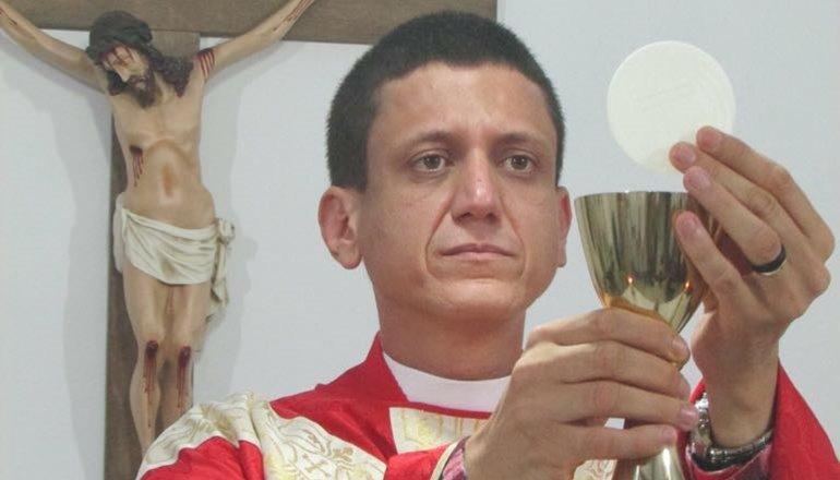 Após retorno como sacerdote, Pe. Rosécio convida a todos para prestigiar os 10 anos de ordenação em Nova Viçosa