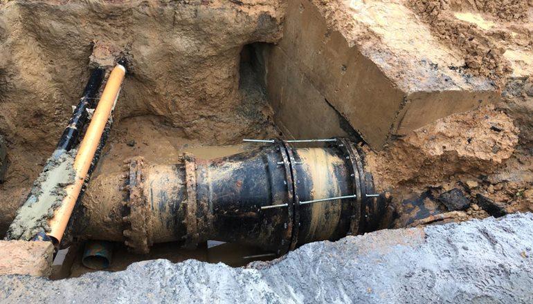 Após vazamento próximo a Fiat a Embasa informa que o problema foi resolvido e teixeirenses receberam água em suas casas