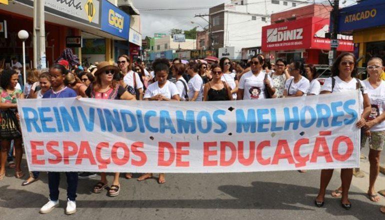 Professores realizam caminhada, nesta quinta-feira (21), marcando início da greve geral pela luta do pagamento do Piso
