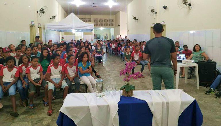 Após 10 anos, escola pública de Jucuruçu recebe um ex-aluno, que emociona a todos com sua história