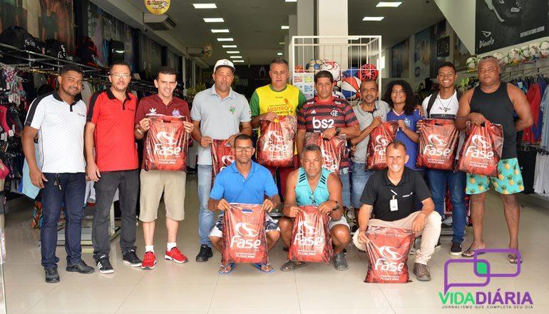 A Associação de Árbitros de Teixeira de Freitas recebeu os novos kits profissionais na Fase Sport; os materiais serão usados em 2020