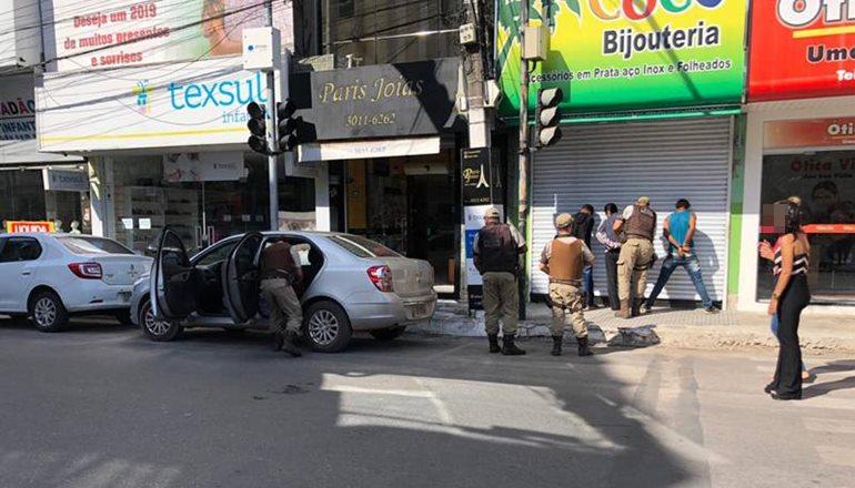 Joalheria é assaltada no centro de Teixeira; PM age com eficiência e prende criminosos