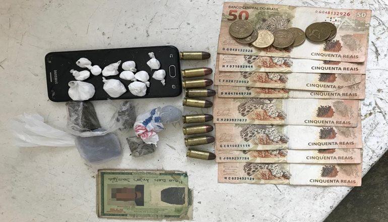 """Homem é preso por tráfico de drogas em uma localidade na """"Invasão da Grendene""""; o suspeito foi preso pela segunda vez em pouco tempo"""