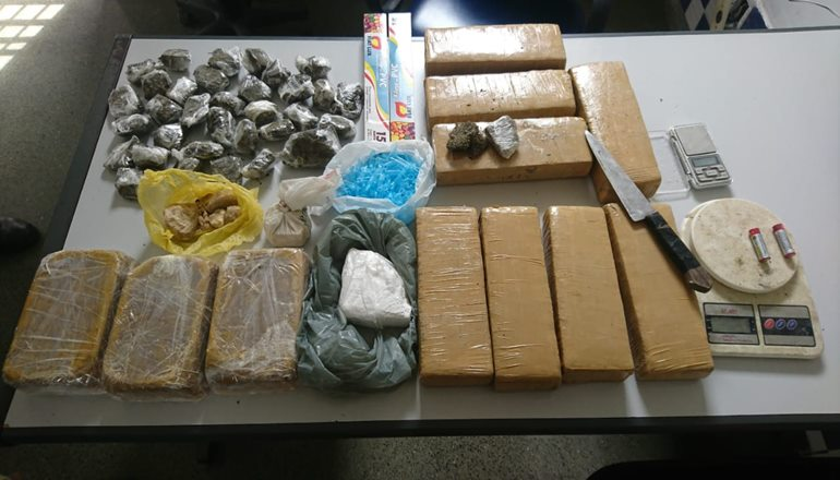 CAEMA apreende grande quantidade de drogas em uma residência na cidade de Itamaraju; suspeito fugiu