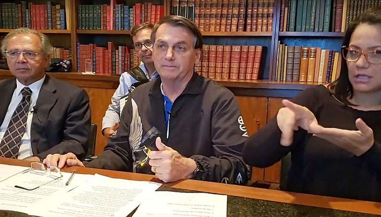 Bolsonaro afirma em live que o auxílio deve ter novas parcelas de R$ 500, R$ 400 e R$ 300