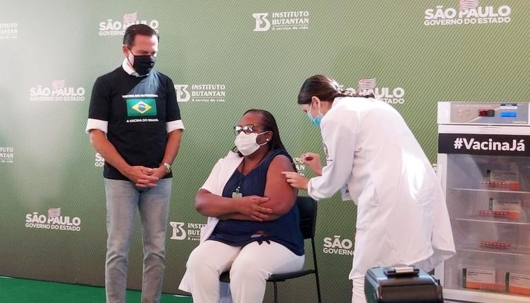 Primeira a receber vacina no Brasil é uma mulher, negra e enfermeira de SP