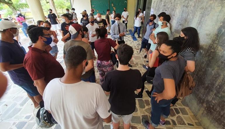 Enem: 1º dia teve abstenção recorde, alunos barrados em sala lotada e redação sobre saúde mental