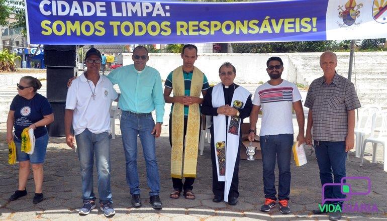 """""""Cidade Limpa"""": No dia de São Francisco - patrono da Ecologia - sacerdotes abençoam veículos e distribuem sacolinhas em Teixeira"""