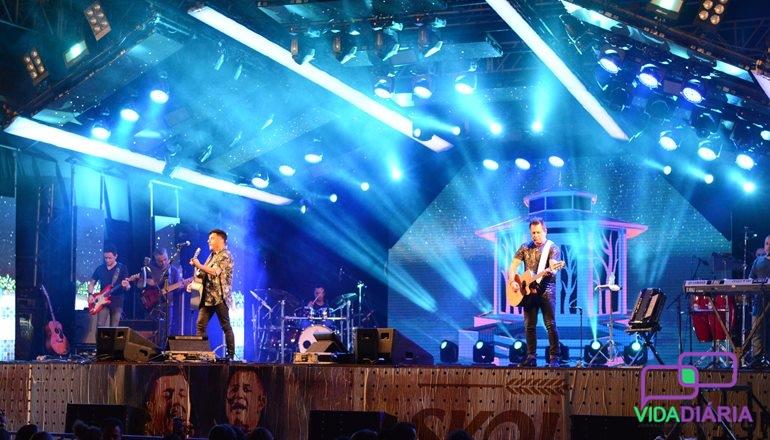 A dupla Bruno e Marrone atrai apaixonados por suas canções  em Teixeira de Freitas; veja as fotos