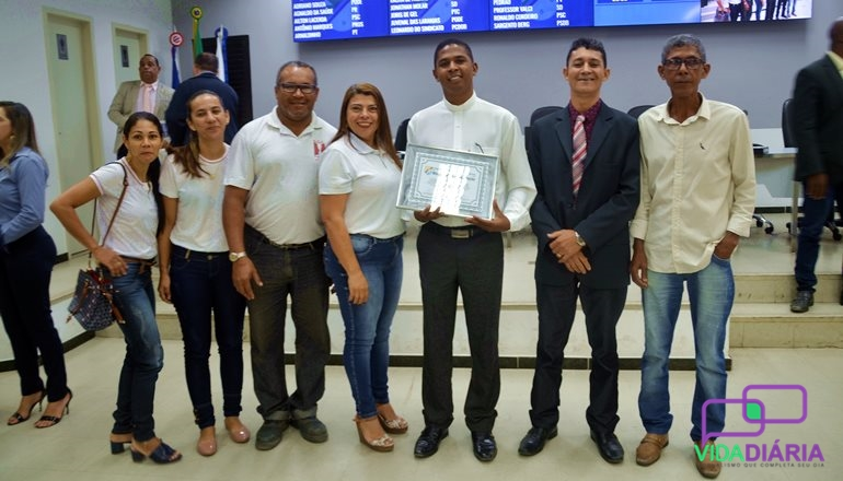 Câmara de Vereadores de Teixeira de Freitas concede homenagens para atletas fisiculturistas e o grupo de casais do ECC