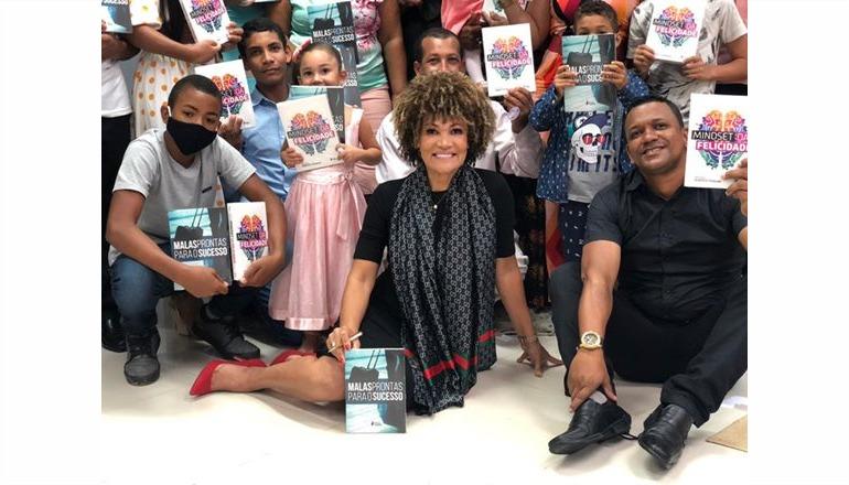 Itamarajuense Célia Cannavino volta dos EUA para lançar dois livros em sua cidade natal
