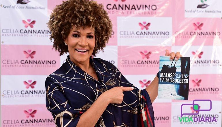 """""""Emoção, alegria, gratidão"""", assim foi definido a noite de autógrafo de Célia Cannavino no Pátio Mix em Teixeira"""