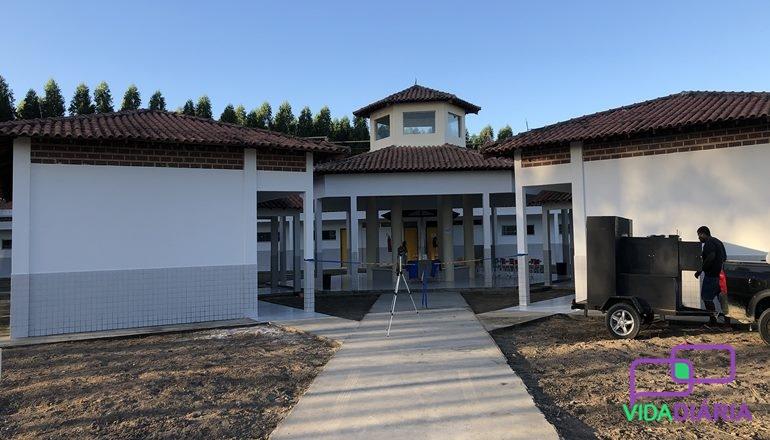 Está entregue. Uma escola nova e moderna está à disposição dos moradores de Cantagalo, distrito de Alcobaça.