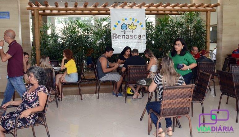 Com casa cheia e famílias inteiras prestigiando, a Feijoada da Casa da Criança Renascer foi grande sucesso