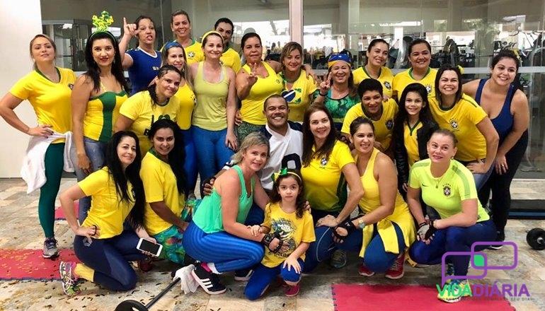 Em clima de Copa do Mundo, alunas da ginástica fazem festa surpresa para Gil da Academia