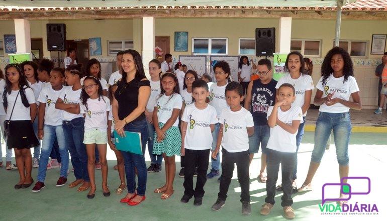 Mais um dia de ação social no bairro Ulisses Guimarães; vários serviços foram oferecidos na Escola Paz e Bem